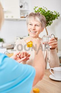 Pflegedienst gibt dementer Frau Medikament