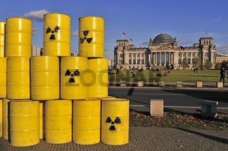 Atommüllfässer vor dem Reichstag