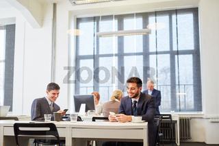 Geschäftsleute in einer Bürogemeinschaft