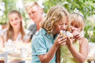 Geschwister Paar teilt sich ein Stück Kuchen
