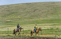 Touristen auf einem Ausritt in der mongolischen Steppe, Gorchi-Tereldsch-Nationalpark, Mongolei