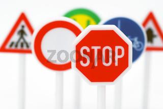 Verkehrsschilder mit Stop Schild