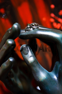 Eheringe auf Handskulptur