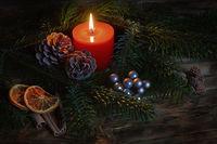 Kerze mit Weihnachtsdeko