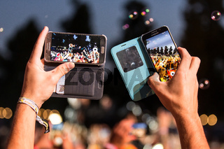 Skunk Anansie - Fan macht Foto mit Iphone