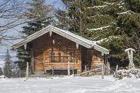Kleine Hütte im Gebirge