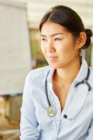 Asiatische Frau als kompetente Ärztin