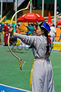 Weiblicher Bogenschütze in traditioneller Deel-Kleidung, Naadam Festival, Nationalstadion, Ulanbator