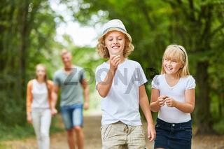 Kinder haben Spaß bei Ausflug in die Natur