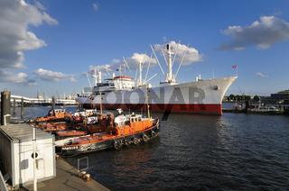 Cap San Diego und Hafenschlepper in Hamburg