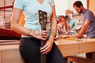 Handwerker hält eine E-Gitarre