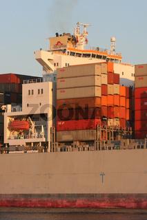 Der Containerriese OOCL Shenzhen
