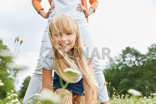 Blondes Mädchen spielt  mit ihrer Mutter