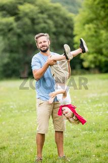 Vater und Sohn haben Spaß und toben herum