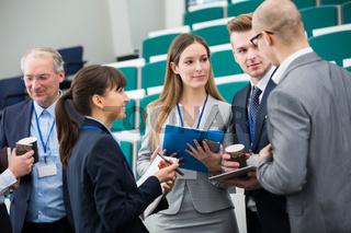 Gruppe Geschäftsleute besprechen Zusammenarbeit