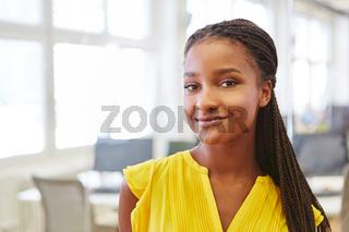 Junge afrikanische Frau als Nachwuchskraft