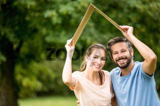 Junges Paar will ein eigenes Haus bauen