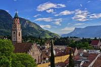 Blick auf Meran mit der Stadtpfarrkirche St. Nikolaus