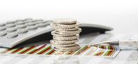 Finanzen und Stapel Euro Münzen auf Chart