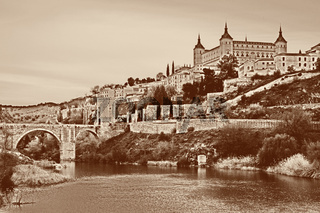 Toledo mit Festung Alcazar, Punte de Alcantara und Fluss Tajo, Spanien