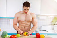 Junger Mann zubereiten Essen Gemüse Mittagessen in der Küche gesunde Ernährung
