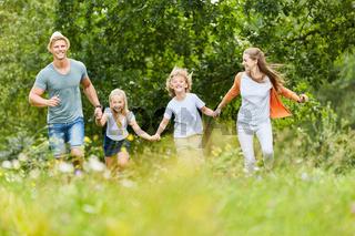 Familie und Kinder im Sommer im Garten