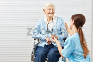 Frau vom Pflegedienst bei der Krankenpflege