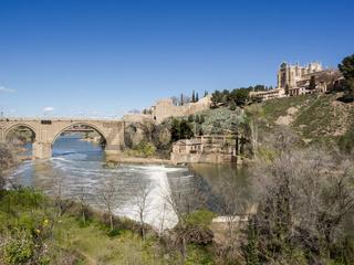 Toledo mit  Franziskanerkloster San Juan des los Reyes und Fluss Tajo, Spanien