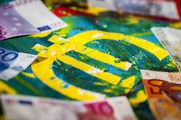 Euro-Zeichen auf Acrylfarbe in Flachwinkelansicht