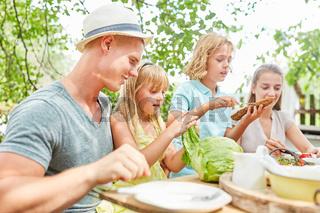 Familie und Kinder frühstücken gemeinsam