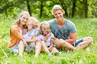 Familie mit zwei Kindern im Sommer