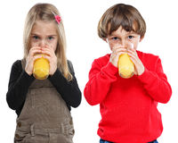 Kinder trinken Orangensaft Orangen Saft gesunde Ernährung Hochformat Freisteller freigestellt isoliert