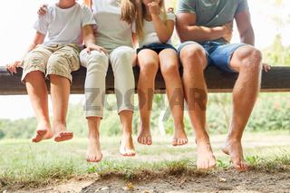 Familie macht Pause auf einer Parkbank