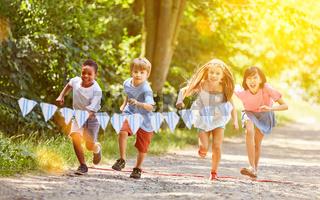 Gruppe Kinder macht Wettlauf Wettbewerb