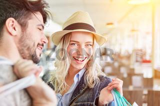 Junges Paar beim Shopping in Einkaufszentrum