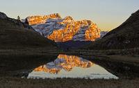 Bergmassiv Les Diablerets im Abendlicht spiegelt sich in einem Bergsee, Waadtländer Alpen, Schweiz
