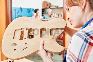 Azubi baut den Korpus einer Gitarre