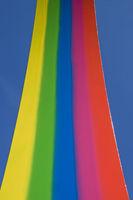 Regenbogenfarben vor blauem Himmel