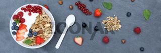 Müsli Frühstück Früchte Joghurt Erdbeeren Beeren Schale Schiefertafel Banner von oben