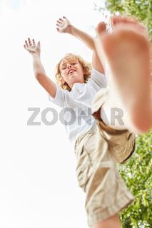 Junge balanciert geschickt beim spielen