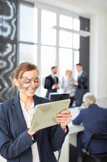 Business Frau arbeitet mit Tablet Computer