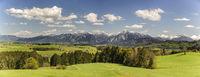 Panorama Landschaft im Allgäu mit Berge im Frühling
