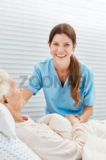 Junge Frau als Krankenschwester oder Pflegekraft
