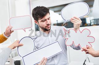 Mann mit Sprechblasen für Ideen und Diskussion