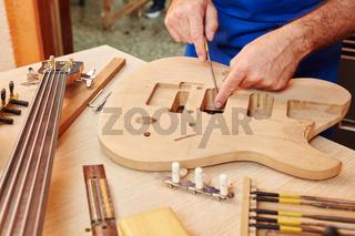 Arbeit am Korpus einer neuen Gitarre