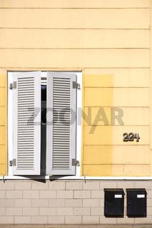Geschlossen Fensterläden Wohnhaus