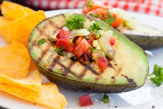 Gegrillte Avocado mit Taco Chips