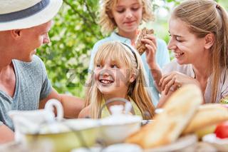 Eltern und ihre Tochter am Frühstückstisch