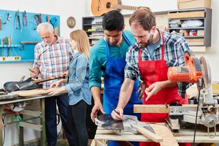 Handwerker Lehrlinge arbeiten zusammen