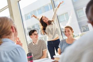 Studentin freut sich über bestandenes Examen